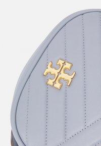 Tory Burch - KIRA CHEVRON SMALL CAMERA BAG - Taška spříčným popruhem - cloud blue - 4