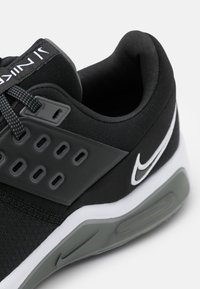 Nike Performance - AIR MAX BELLA TR 4 - Kuntoilukengät - black/white/dark smoke grey/iron grey - 5