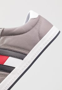 Tommy Hilfiger - ESSENTIAL FLAG DETAIL - Trainers - light grey - 5
