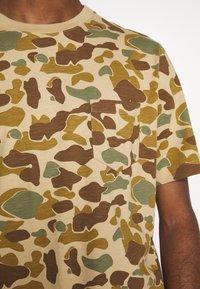 Quiksilver - PACIFICCAMOSSTE - Print T-shirt - light brown/khaki - 5