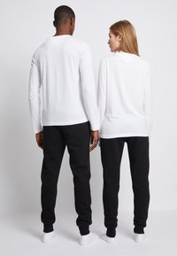 Tommy Hilfiger - LOGO UNISEX - Long sleeved top - white - 2