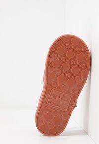 Cotton On - JELLY - Sandály do bazénu - amber brown - 5