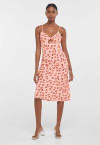 Bershka - MIT BLUMENPRINT  - Sukienka z dżerseju - pink - 1