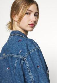 Tommy Jeans - TRUCKER JACKET - Denim jacket - denim light - 4