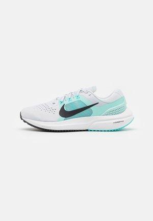 AIR ZOOM VOMERO 15 - Neutral running shoes - pure platinum/oil grey/light dew/aurora green/white