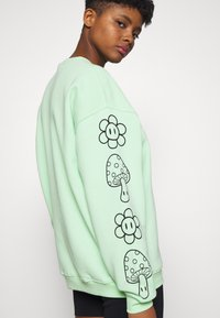 NEW girl ORDER - KNOW YOUR ROOTS - Mikina - green - 5