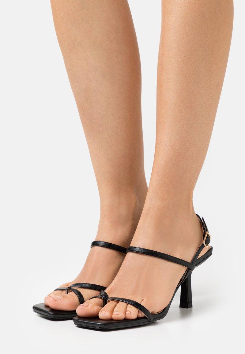 RAID - SAWYER - Sandály s odděleným palcem - black