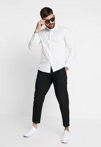 Topman - PLEAT TAPER - Pantalones - black - 1