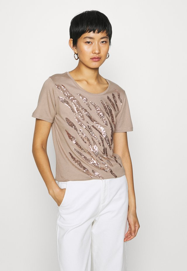 LEEVA - T-shirt med print - taupe gray