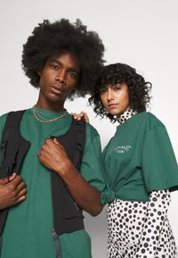 Jack & Jones - JORTOBIAS TEE CREW NECK CHEST UNISEX - Basic T-shirt - trekking green - 4