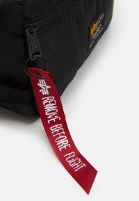 Alpha Industries - CREW TRAVEL BAG UNISEX - Wash bag - black - 3