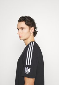 adidas Originals - UNISEX - T-shirts med print - black/white - 2