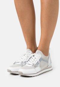 MICHAEL Michael Kors - BILLIE TRAINER - Sneakers laag - aluminum - 0