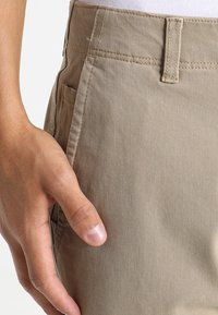 DOCKERS - SMART FLEX ALPHA LIGHTWEIGHT TEXTURED - Chinos - british khaki - 4