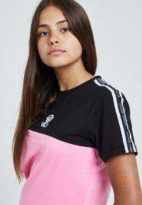 Illusive London Juniors - T-shirt print - black & pink - 3