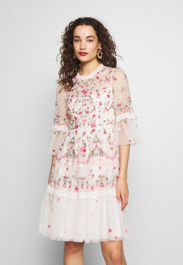 BUTTERFLY MEADOW DRESS - Koktejlové šaty/ šaty na párty - white