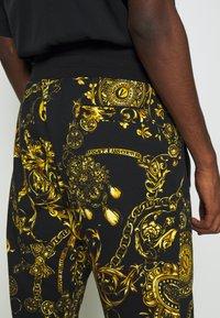 Versace Jeans Couture - PRINT REGALIA BAROQUE - Tracksuit bottoms - nero/oro - 7