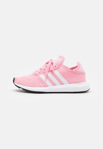 SWIFT RUN X UNISEX - Matalavartiset tennarit - light pink/footwear white/core black