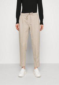 Opus - MELVY - Pantalon de survêtement - macadamia - 0