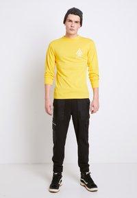 Vans - MN 66 SUPPLY LS - Print T-shirt - lemon chrome - 1