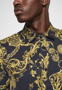 Versace Jeans Couture - PRINT REGALIA BAROQUE - Shirt - nero/oro - 7