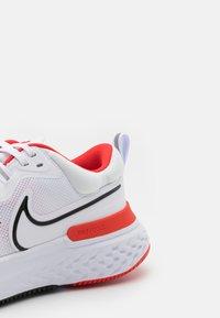 Nike Performance - REACT MILER 2 - Neutrala löparskor - white/black/chile red/platinum tint - 5