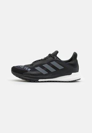 SOLAR GLIDE 4 GTX - Chaussures de running neutres - core black/grey four/footwear white