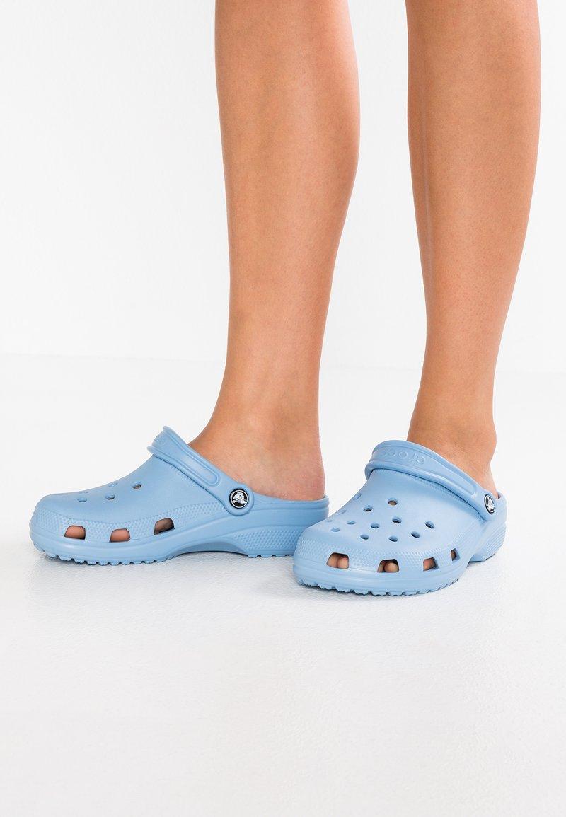 Crocs - CLASSIC - Pantuflas - chambray blue