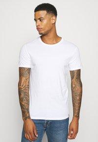 Levi's® - CREWNECK 2 PACK - T-shirt con stampa - python green - 3