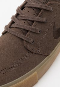 Nike SB - ZOOM JANOSKI - Sneakers - ironstone/brown - 5