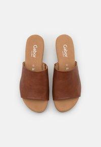 Gabor Comfort - Zuecos - cognac - 5
