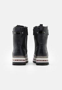 Mustang - Kotníkové boty na platformě - schwarz/rot - 3