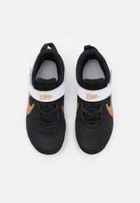 Nike Performance - TEAM HUSTLE D 10 UNISEX - Scarpe da basket - black/metallic gold/white/photon dust - 3