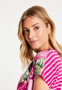 Gerry Weber - FLORAL BEDRUCKTES  - Print T-shirt - lila/pink/ecru/weiss patch - 1