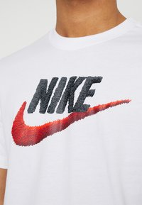 Nike Sportswear - T-shirt con stampa - white/black/university red - 4