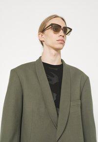 Alexander McQueen - UNISEX - Occhiali da sole - silver-coloured/brown - 0