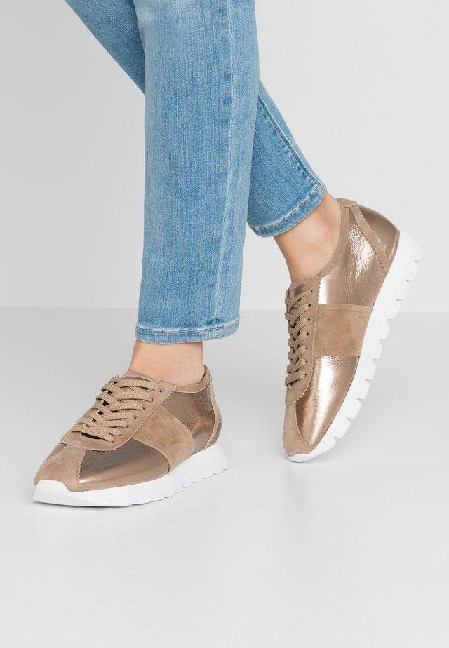 RISE - Sneakersy niskie - leone/gold/weiß