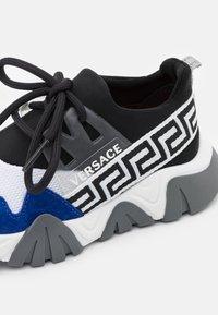 Versace - UNISEX - Tenisky - black/white/bluette - 5
