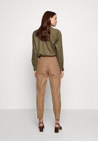 Selected Femme - SLFRIA CROPPED PANT - Bukse - camel/melange - 2