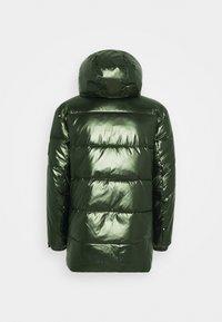 Calvin Klein - OILY METALLIC MID LENGHT JACKET - Untuvatakki - dark olive - 1