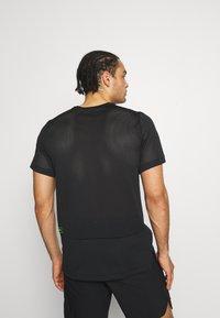 Nike Performance - T-shirt print - black/green abyss - 2
