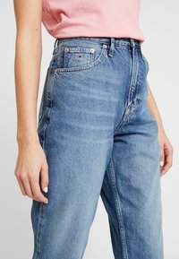 Tommy Jeans - MOM HIGH RISE TAPERED - Relaxed fit jeans - sunday mid - 3