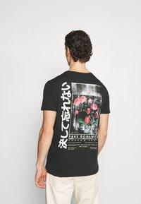 YOURTURN - T-shirt med print - black - 2