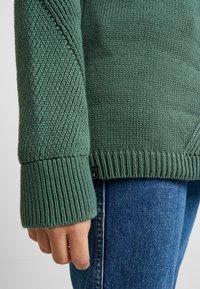 AMOV - BILLIE - Sweter - bottle green - 5