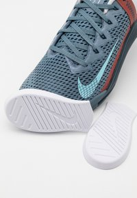 Nike Performance - METCON 6 UNISEX - Sports shoes - ozone blue/bleached aqua/pure platinum/deep ocean/claystone red - 5