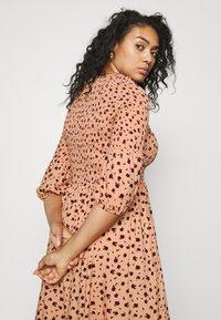 Glamorous Curve - SMOCKED BUBBLE SLEEVE DRESSES WITH ROUND NECK - Denní šaty - peach - 3
