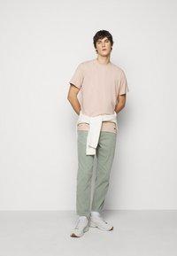 ARKK Copenhagen - BOX LOGO TEE - Basic T-shirt - rose dust - 1