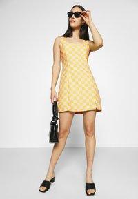 Glamorous - MINI DRESS WITH FRONT SIDE SPLITS - Kjole - yellow checkboard - 3