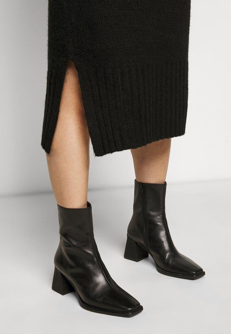 New Look Petite ROLL NECK DRESS - Strickkleid - black/schwarz HuEJHl