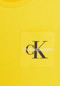 Calvin Klein Jeans - MONOGRAM POCKET  - Print T-shirt - yellow - 2
